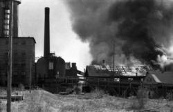 Släckningsarbete vid en brand i Söråkers massafabrik och ver