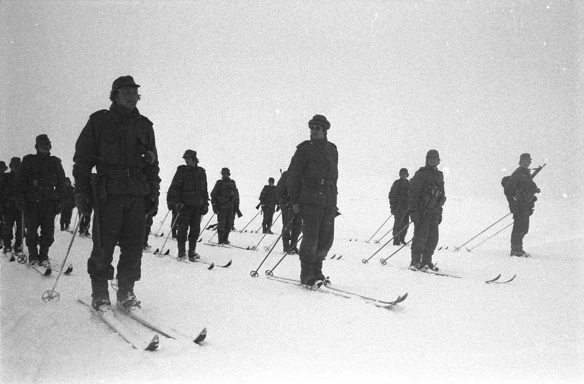 Befalsskoleelever oppstilt på ski.