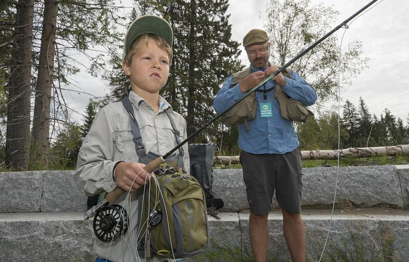 Faren Tore Litleré Rydgren er en viktig ildsjel i fluefiskemiljøet, og sammen dyrker de jakt- og fiskeinteressen. (Foto/Photo)