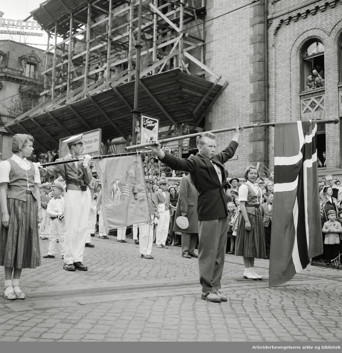 Barnetoget passerer Stortinget 17. mai 1955. Lakkegata Skoles Guttemusikkorps.
