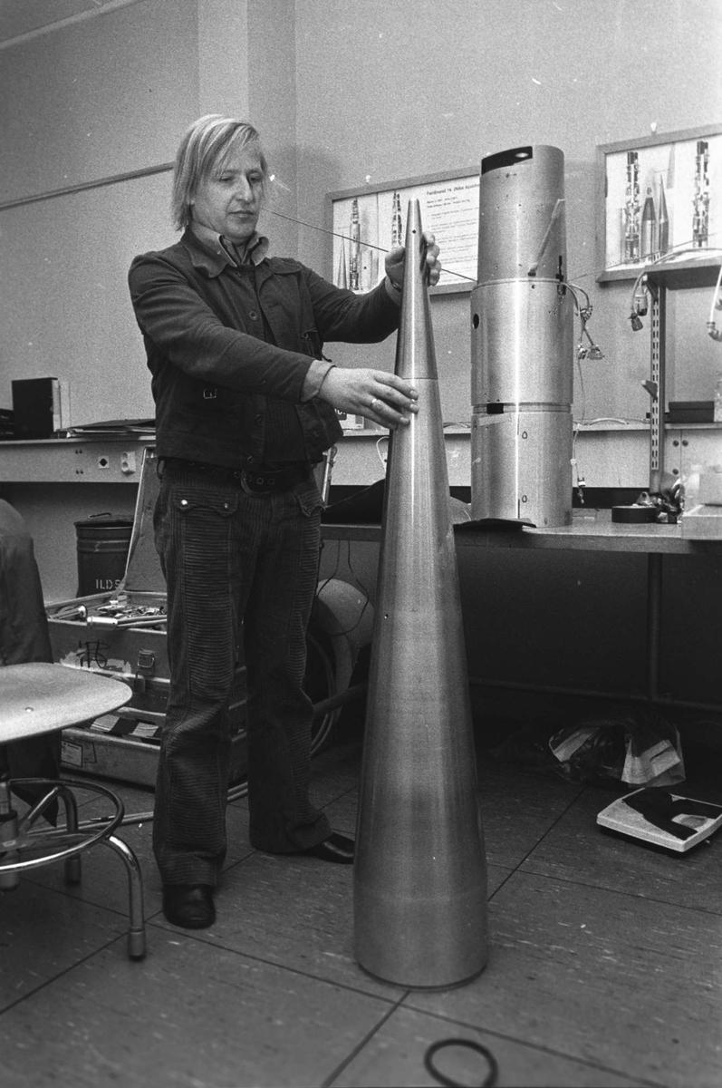Mann arbeider med deler til rakett på Andøy rakettskytefelt.