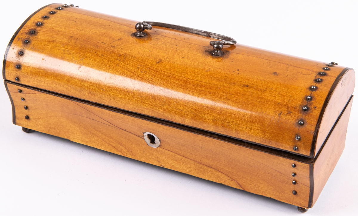 Syskrin av trä, längd 19cm, bredd 8cm. Kupigt lock, spegel i locket