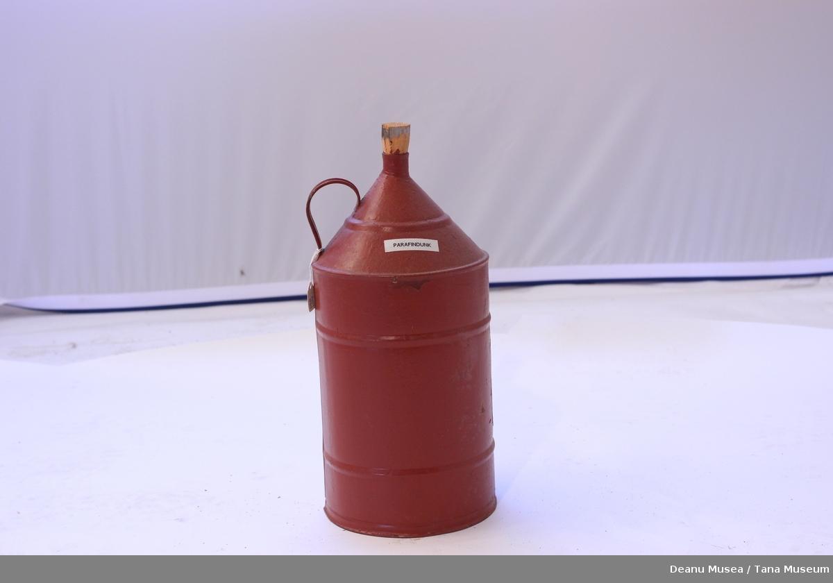 Rød kanne til parafin/ bensin. Smidd til en kork av tre.