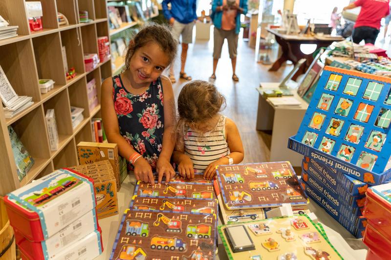 Glade barn i museumsbutikken på Glomdalsmuseet (Foto/Photo)