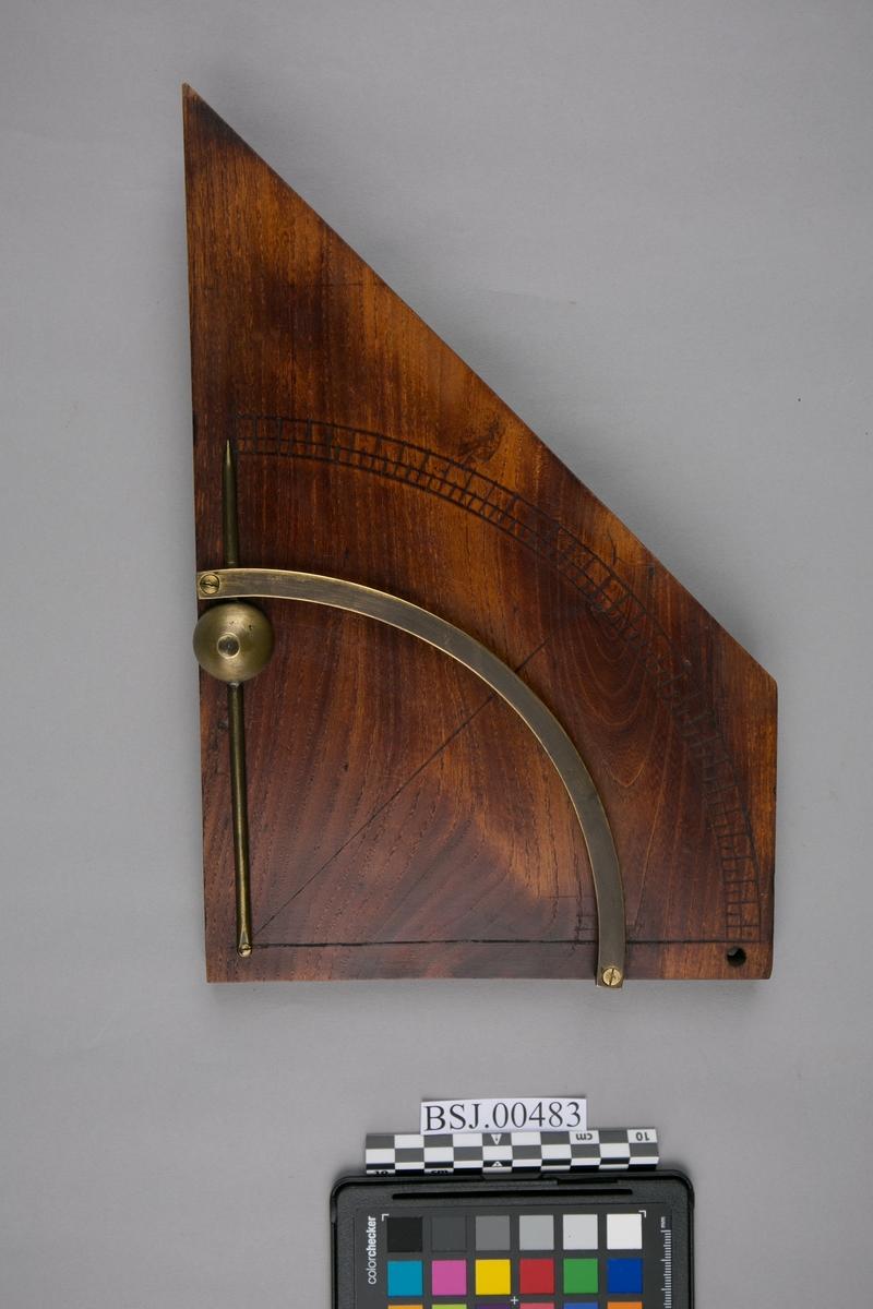 Krengningsmåler. Klinometer med pendel for måling av skipets krengning. Instrument til måling av flaters eller linjers helling mot horsisontalplanet.