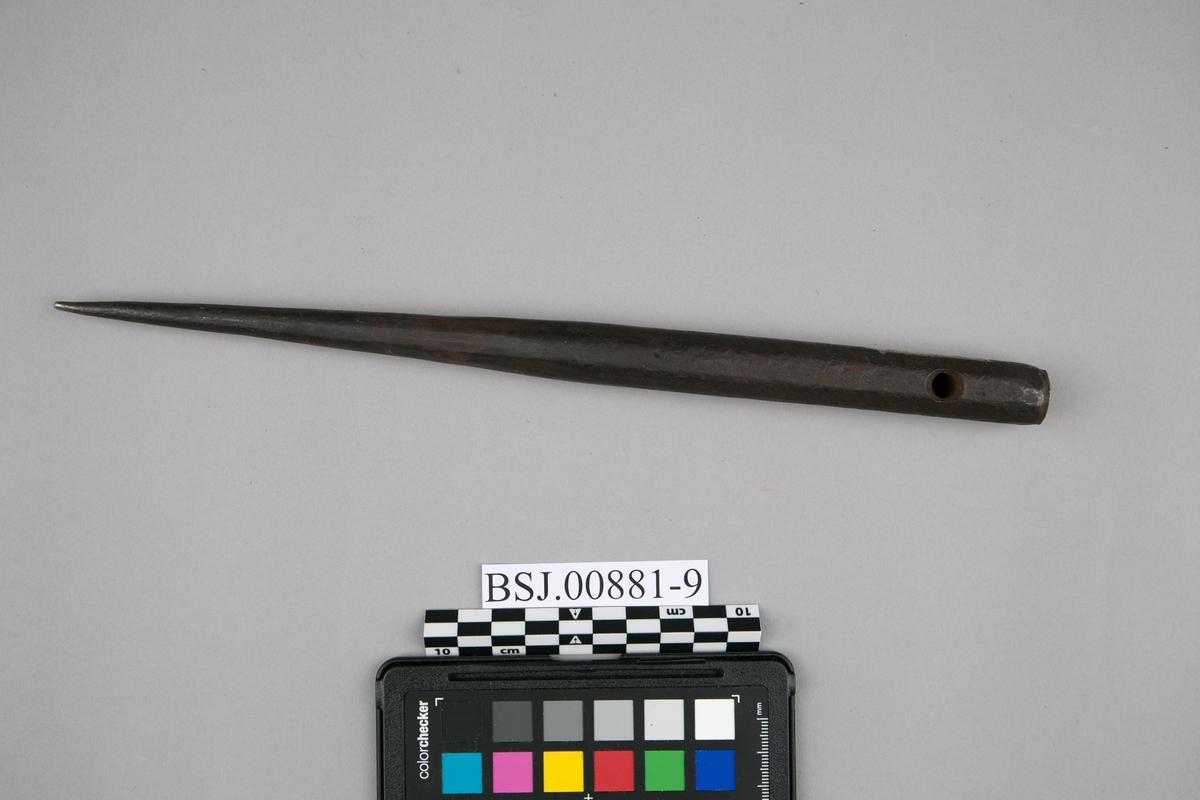 Merlespiker med gjennomgående hull i tykkerste delen. Del av seilmakersamling bestående av 11 ulike verktøy.