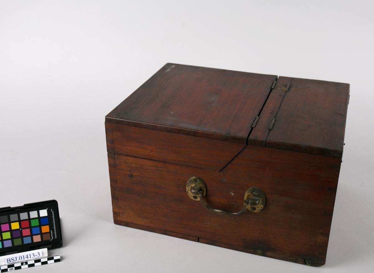 Kasse. Transportkasse til sladrekompass type Severin`s patent warning compass. Kassen er rektangulær med to lokk som kan vippes opp samt håndtak på sidene. Eget rom til batteri (mangler)