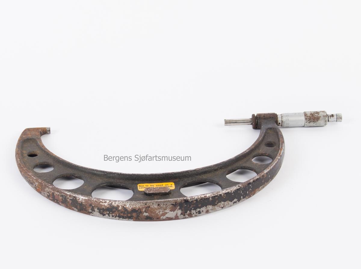 Mikrometer. Brukes til utvendig måling i skipsindustri, str. 175 - 200 mm. Halvrundt instrument med skrutapp på ene side.