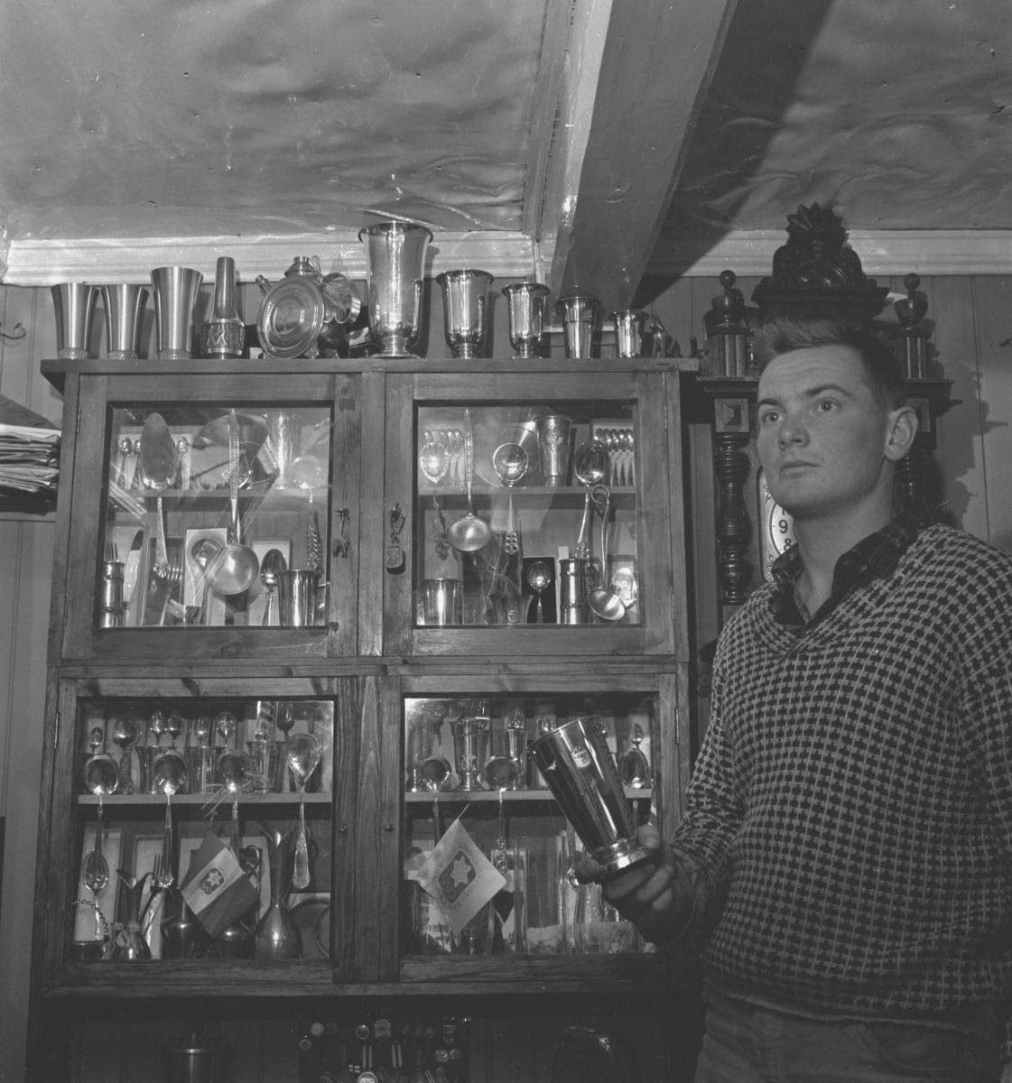 00.00: fortsetter å snakke om skigåing, skihopping, trening og konkurranser. 02.50: om konkurransene og resultatene i Tsjekkoslovakia, Finland og Holmenkollen. 09.50: konkurranse i Holmenkollen. 10.30: forsetter å snakke om forskjellige konkurranser, resultater og trening. 14.00: om fotballsparking. 15.45: konkurranser og trening i 1971. I 1971 var Kåre Olav i Australia og konkurrerte her. Han forteller om reiserute, oppholdet, konkurranser og plasseringer. Ble australsk mester i kombinert. 25.00: vintersesongen 1971, prøve OL i Sapporo. 28.00: vant NM på Rælingen i 1971, fortsetter å snakke om andre konkurranser dette året. 31.45: OL i Sapporo i 1972, forteller om OL, konkurranser og plasseringer dette året. Alt som er spilt inn mellom 34.30 og 50.40 har for lavt volum til å høre hva som blir sagt. 50.40: gode turløp etter at Kåre Olav la opp. 52.50: reflekter over ski og skigåing og gårdsdriften. 56.00: om fallet i Finland. 58.20: det verste skirennet, det var den første konkurransen i Australia.
