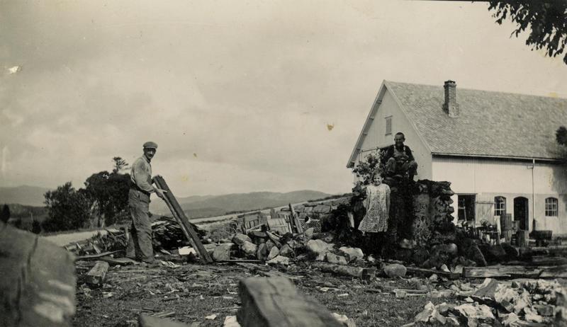 Dette fotografiet er tatt like etter at det gamle huset på Lende er revet. (Foto/Photo)