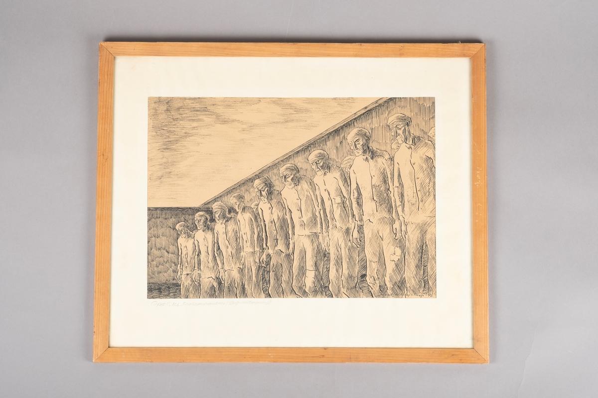 Flere fanger stående i rekker ved og bak hverandre, omsluttet av høye vegger.