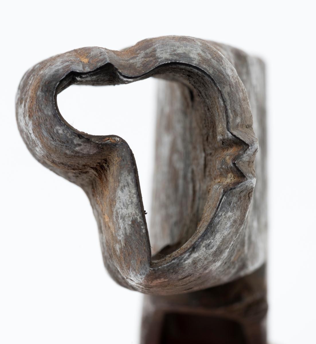 Merkeøksa var et redskap som ble brukt når tømmeret ble solgt fra skogeiere til trelasthandlere, sagbrukseiere og treforedlingsbedrifter. Slike økser hadde en profilert egg med et symbol som skulle slås inn i hver enkelt stokk i samband med tømmermålinga, før det ble rullet ut i vassdrag der det foregikk sams fløting av tømmer til mange ulike kjøpere. Merkene identifiserte de enkelte stokkenes rettmessige eiere når tømmeret seinere ble sortert ved lenseanlegg i de nedre delene av vassdragene med sikte på fordeling blant kjøperne. De var også identifikasjonsgrunnlag dersom de som organiserte fløtinga ikke fikk betaling fra dem som eide fløtingsvirket, og derfor så seg nødt til å drive inn det de hadde til gode ved å selge noe av debitorenes tømmer.  Merkeøksene ble antakelig introdusert i norsk skogbruk på 1700-tallet. Før den tid ble tømmeret merket med rissejern, som ble brukt til å forme symboler som knyttet hver stokk til en spesiell kjøper. Rissejernene trengte ikke djupt inn i yteveden på tømmerstokkene, og slitasjen stokkene ble utsatt for i nærkontakt med steinskjær og annet tømmer førte til at rissemerkene kunne bli utydelige, nesten usynlige. På denne måten ble det mye såkalt «krabastømmer», stokker som det var nesten umulig å fastslå hvem som eide.   Eggpartiene på merkeøksene ble smidd rundt en kon mal av spesielt hardt stål. Smedene plasserte eggpartiet nederst på øksebladene, i noen tilfeller på venstre side, i andre tilfeller på høyre side. I 1908 lanserte smeden Carl Henrik Knudsen fra Mjøndalen i Nedre Eiker i Buskerud en øksemodell der merkedelen ble sveiset fast til «beina» på en U-formet utsparing på den nedre delen av bladet, som tjente som «flisrom». Knudsen-øksa som var bedre balansert enn de tradisjonelle modellene. Modellen ble patentert, og produksjonen ble videreført av opphavsmannens sønn og sønnesønn. Andre smeder fortsatte å levere merkeøkser med der eggpartiet var plassert på ei av bladsidene.  Tømmermerkene skulle ha en distinkt form, 