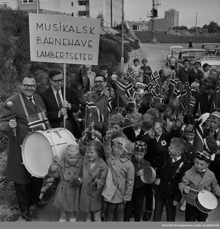 Den musikalske barnehagen på Lambertseter feirer 17. mai på forskudd. I rekkefølge står de tre pianistene Kåre Siem (med stortromme), Kjell Bækkelund og Robert Levin.
