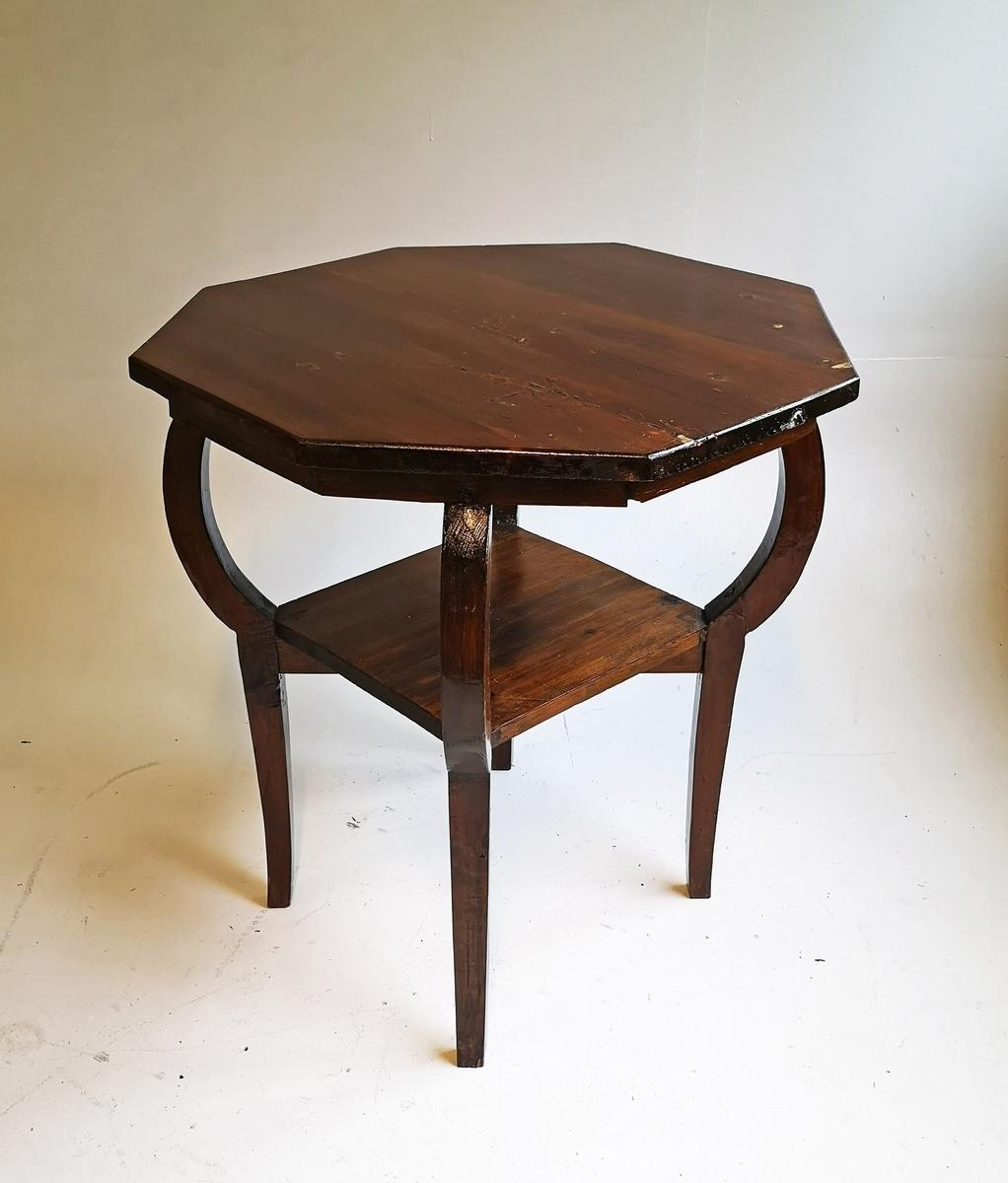Brunbeisa 8-kanta bord/salongbord, 4 føter og ekstra hylle til aviser/blad.