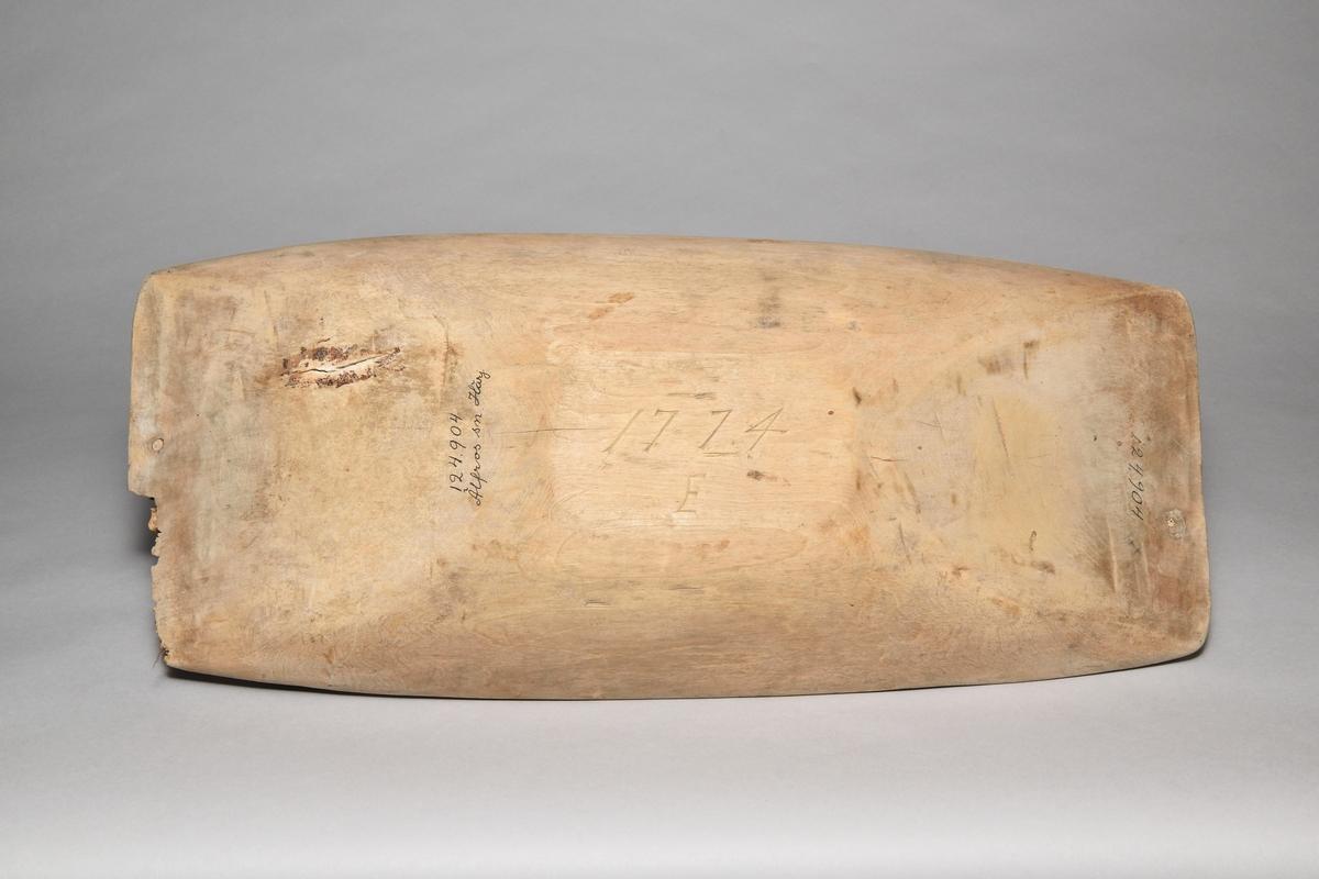 Tråg av urholkat lövträ, omålat, rektangulärt. En spricka har tätats med kåda. Skadedjursangrepp på ena kortsidan.