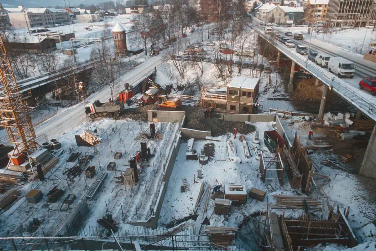 Lillehammer.  Øya parkeringshus under bygging.  Forskaling.  Gravemaskin.  Lastebil.  Anleggsbrakker.  Sett mot nord-vest.  Lurhaugen i bakgrunnen.