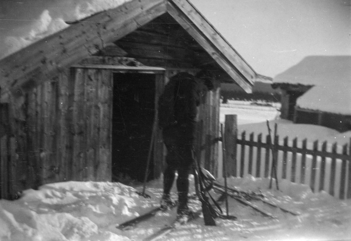 Uskarpt vinterbilde av en mann utenfor en bu