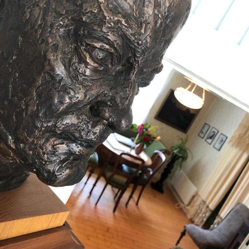 Sigurd Hoel skulptur, profil, hollands vinkel (Foto/Photo)