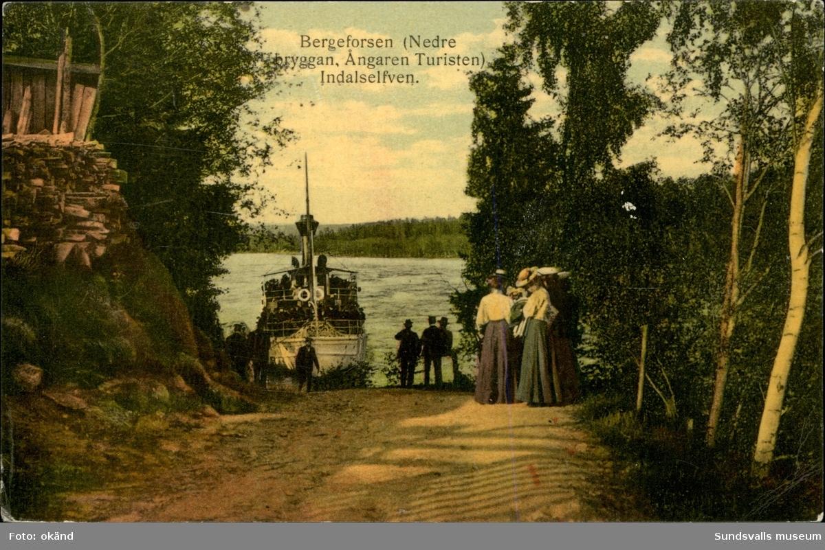 Vykort med motiv över den nedre bryggan och ångaren Turisten i Indalsälven vid Bergeforsen.