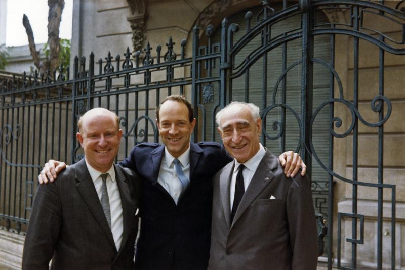 Bildet tatt i forbindelse med Ringve Museums kjøp av Morpurgosamlingen i 1967. Fra venstre: Uhlfelder, Jan Voigt og Adolfo Morpurgo som er foreviget utenfor Morpurgos hjem i Buenos Aires, Argentina.