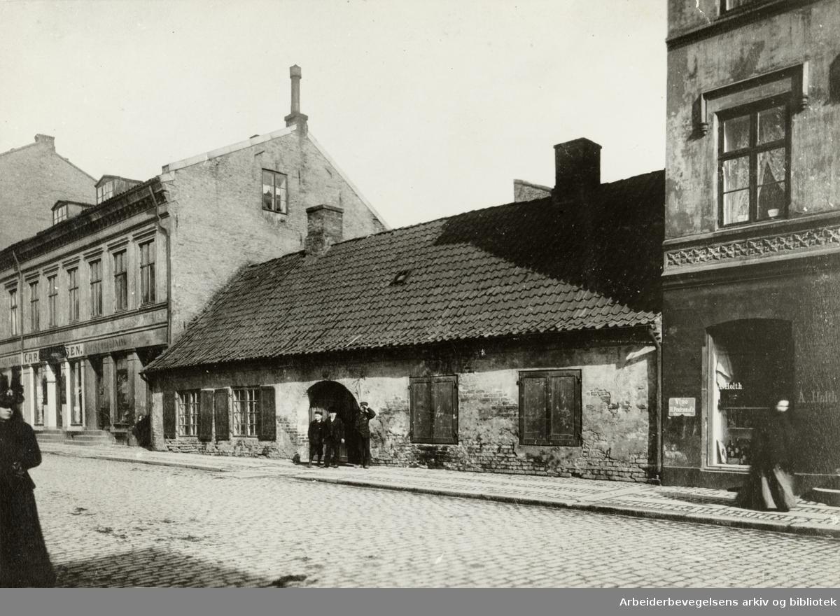 Møllergata skole er eldste folkeskole i Norge. Ca. 1870.