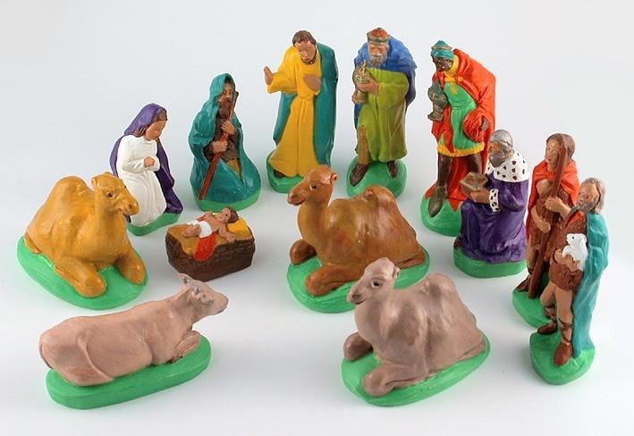 Figurerna är målade med polykromteknik. :1 Jesusbarnet i krubban,gul, röd, vit, brun. Mått: höjd 30 mm. :2 Maria, på knä, vit, lila, brun. Mått: höjd 75 mm.          :3 Josef, med ena handen lyft, gul, grön, brun. Mått: höjd 110 mm. :4 Konung, bärande på ett kärl, grön, blå, röd, brun, guld. Mått: höjd 115 mm. :5 Konung, bärande på ett kärl, grön, röd,brun, gul, guld. Mått: höjd 115 mm.             :6 Konung, bärande på ett skrin. Violett, vit, grön, brun, guld. Mått: höjd 85 mm. :7 Herde bärande på ett lamm, grön, vit, röd, brun. Mått: höjd10,5 cm    :8 Herde med stav i handen, grön, brun, röd. Mått: höjd 106 mm. :9 Herde sittande med en stav, grön, brun. Mått: höjd 80 mm. :10 Kamel liggande, brun, grön. Mått: höjd 80 mm. :11 Kamel liggande, brun, grön. Mått: höjd 80 mm.  :12 Kamel liggande, brun, grön. Mått: höjd 80 mm.   :13 Kamel liggande, brun, grön. Mått: höjd 50 mm.