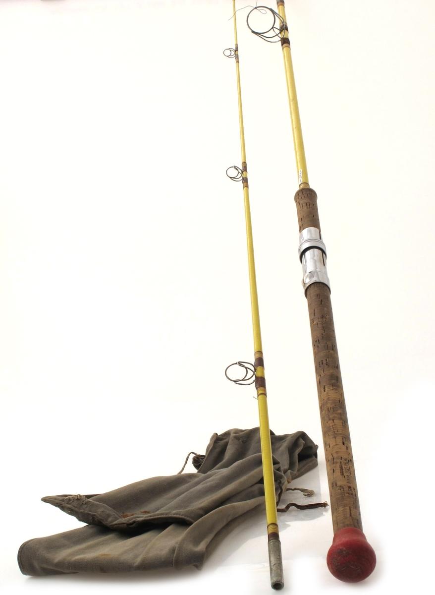 Fluefiskestang i to deler, i etui av tekstilt materiale. Stang av kunststoff, handtak av kork, snellefeste og  beslag av metall.