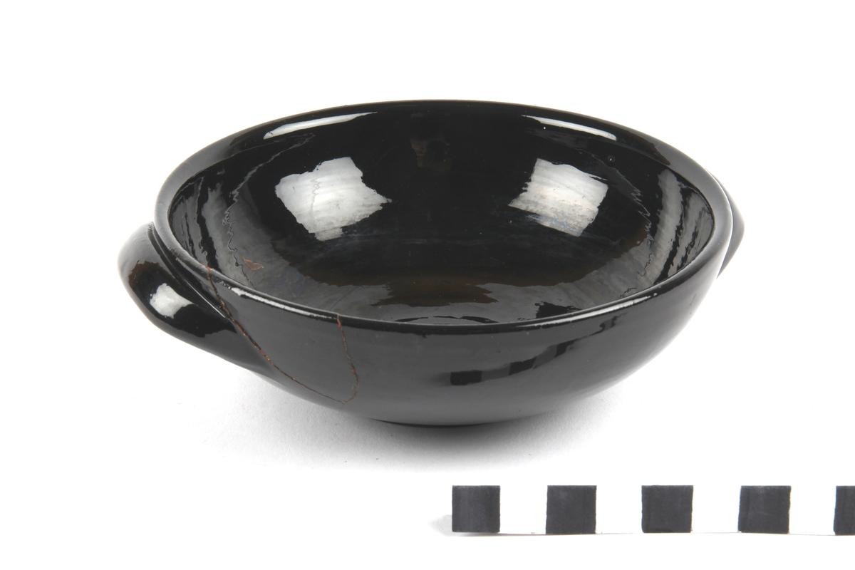 Skål med ensfarget sort og blank glasur.