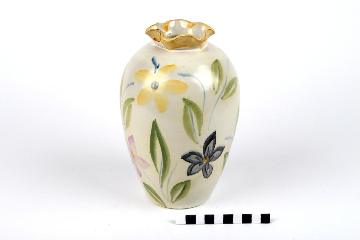 Vase med blomsterdekor