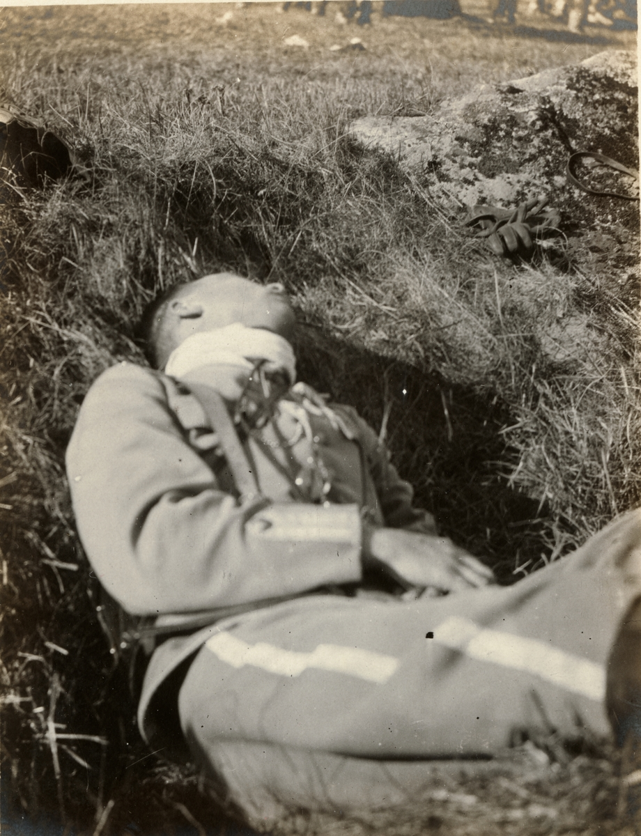Carl Bernadotte af Wisborg sover i ett dike under Enköpingsmanövern 1914.