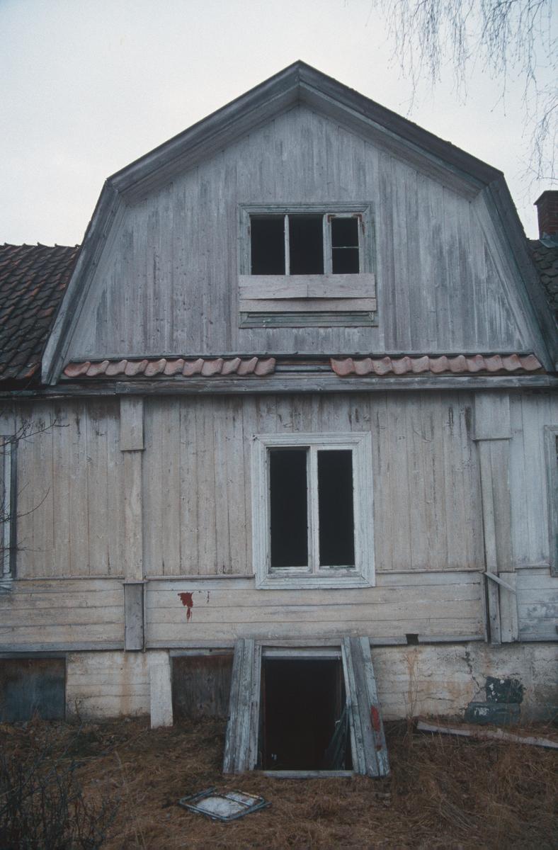 Lillehammer.  Vingrom.  Frydenlund lærerbolig, som ble revet.  Del av østveggen med takoppbygg, vinduer og kjellernedgang.  Sett mot vest.