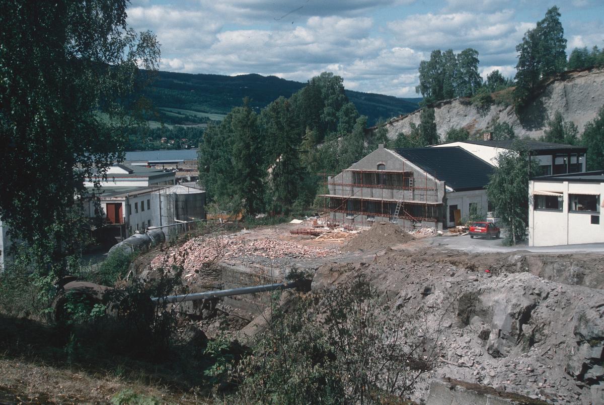 Lillehammer.  Utgraving for Mesnadalsvegen nedenfor tunnelen.  Gamle Knappfabrikken og Lill-Sport (i høyre billedkant) bak gropa. Søndre del av Knappfabrikken er revet.  Kværner Mesna A/S t.v.  Sett mot nord-vest.