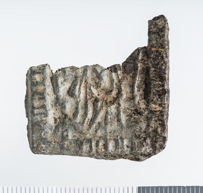 Pilegrimsmerke: Firkant i sølv med avbrutt overdel, har vært nesten kvadratisk, innpreget symboler og bilde av Hellige Birgitta. (Foto/Photo)