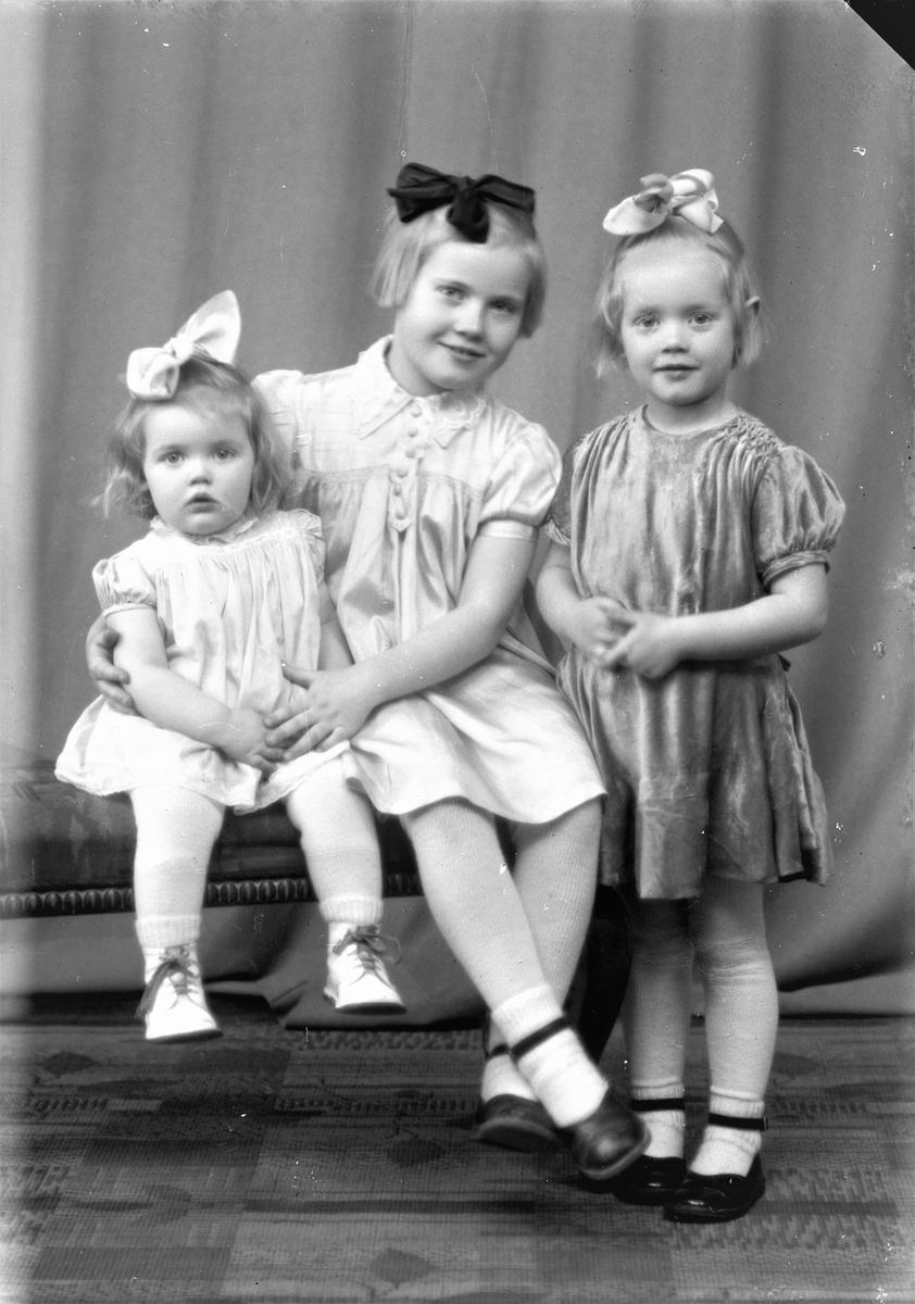 Portrett. Gruppebilde. Familiegruppe. Tre unge piker. Bestilt av Ingolf Johansen