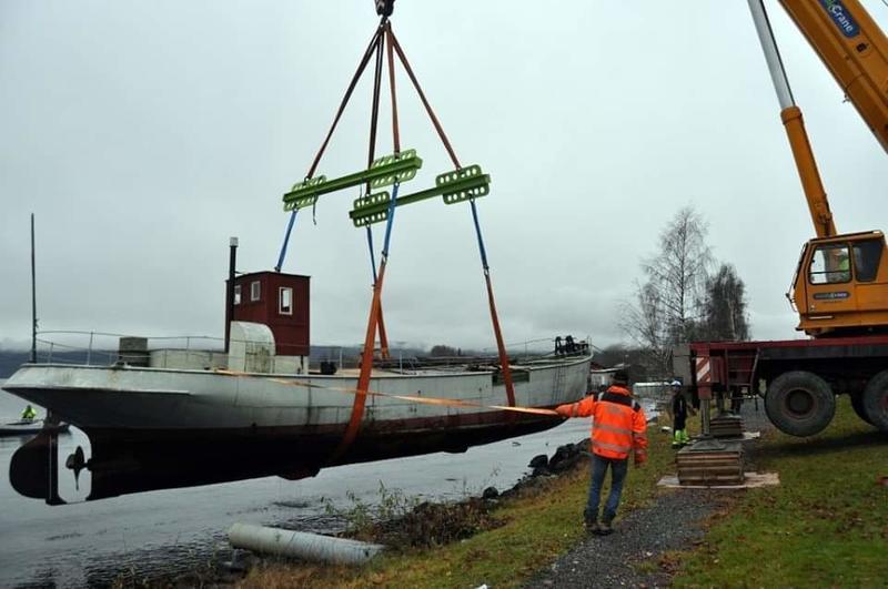 MS Brandbu heises opp av vannet i 2013. Foto: Randsfjordmuseet