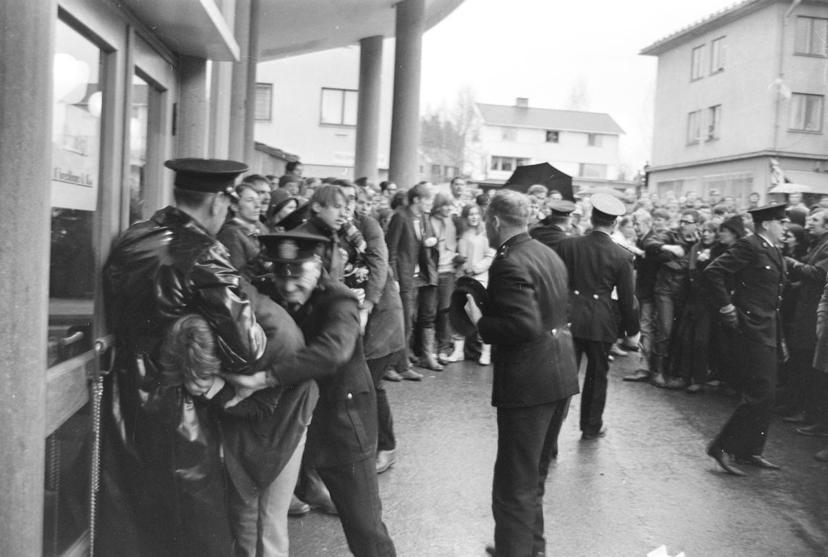 """Demonstrasjon i Elverum mot visning av  den amerikanske filmen fra Vietnam-krigen """"The Green Berets. Elvarheim kino, demonstrasjon, politi, arrestasjon,"""