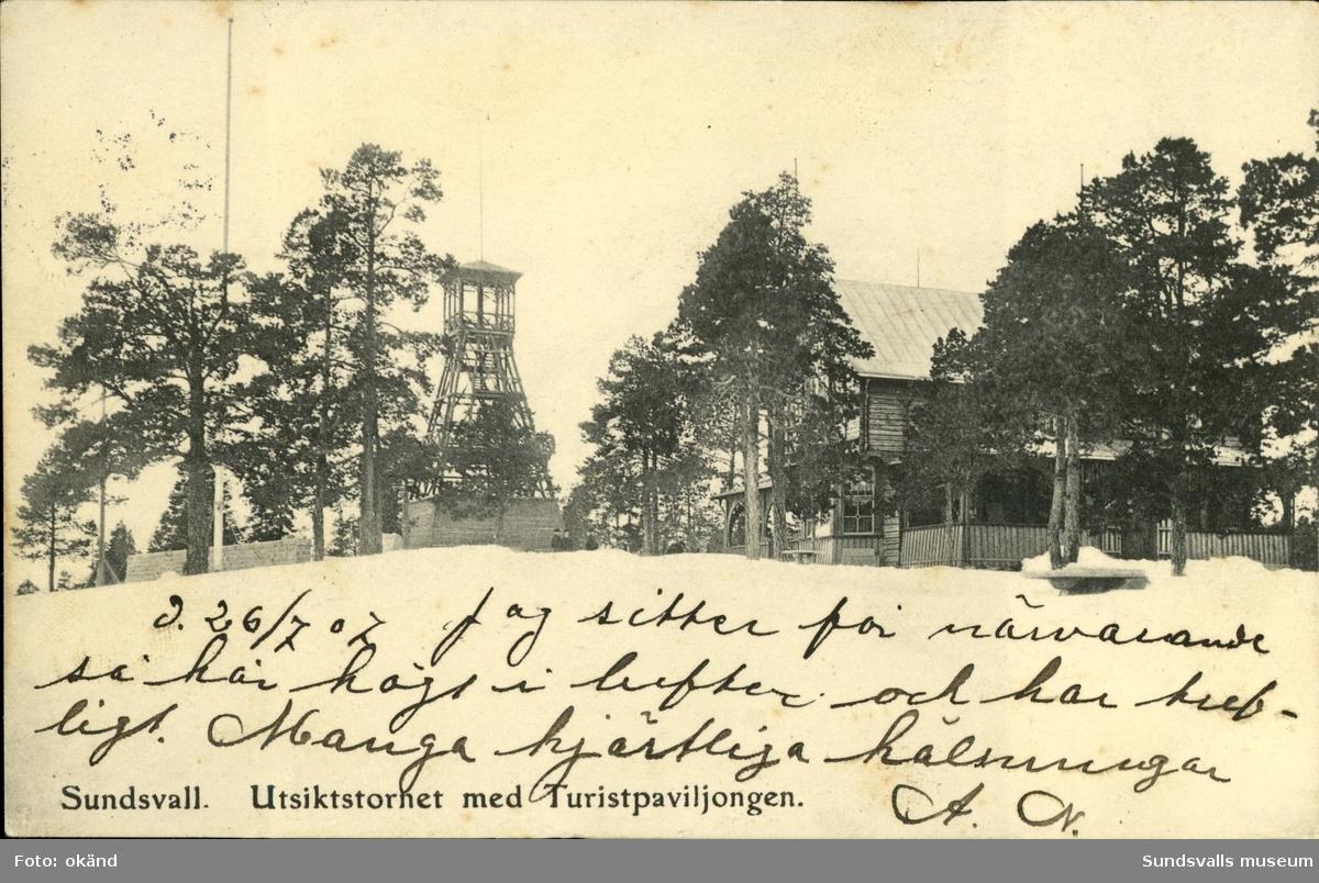 Vykort med motiv över Utsiktstornet och Turistpaviljongen i Sundsvall.