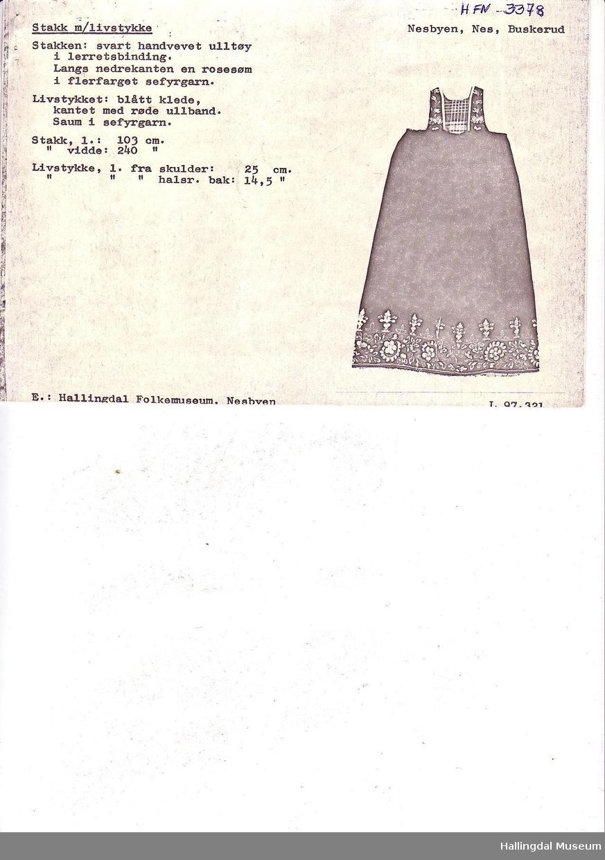Det ble registrert 3 lignende stakker fra Løvviken i Nes under bunadsregistreringene rundt 1985. 2 av stakkene er i privat eie. Livet er sydd på et seinere tidspunkt og ligner sømmen til Kari Brennelien (antatt).  Stakken er klipt slik vi klipper Flå stakkene.  Kortere foran enn bak.  Stakkenlinningen kommer da under bysten framme.  Tidligere eier er Gundbjørg O. Løvviken (1868-1960).  Men vi vet ikke om hun har brodert stakken. Vibeke Hjønnevåg