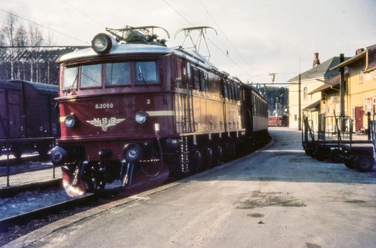 Elektrisk lokomotiv El 8 2069 med persontog til Oslo V på Hønefoss stasjon
