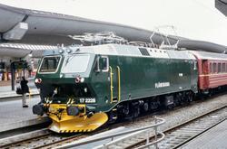 Elektrisk lokomotiv El 17 2228 persontog fra Gjøvik på Oslo