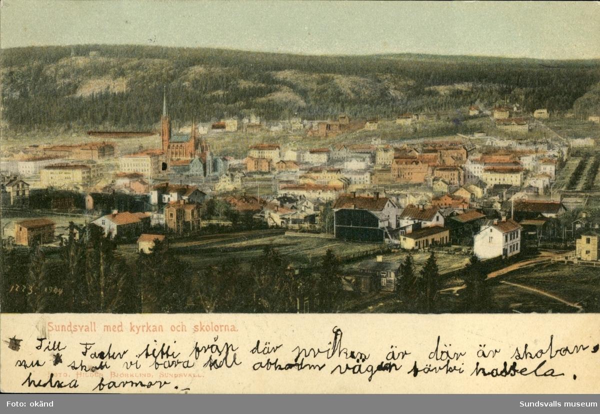 Vykort med motiv över Sundsvall och Gustav Adolfs kyrka.