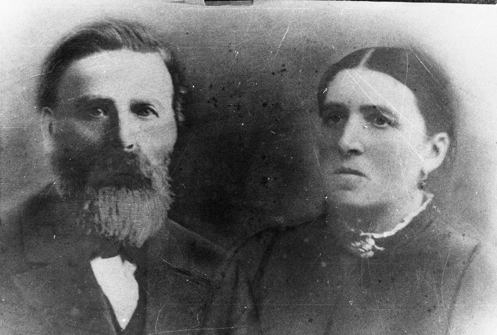 Bonde på Ree, Arnt Jensson Ree (1847 - 1908), gift 1874 med Berte Malene Valette Nilsdtr. Hinnaland (Holen) (1849 - 1935). Arnt J. Ree var son til Johanna Larsdtr. Tjøtta (1824 - ) og Jens Ådnesen Ree (1822 - ). Om Arnt J. Ree er det fortalt at då han vart sjuk, fekk blindtarmsbetennelse, vart han køyrd til Bryne til doktor i ei skitkjerre med jernhjul. Dei la litt halm i kjerra så han skulle liggja litt godt men han kom for seint og døydde rett etter.