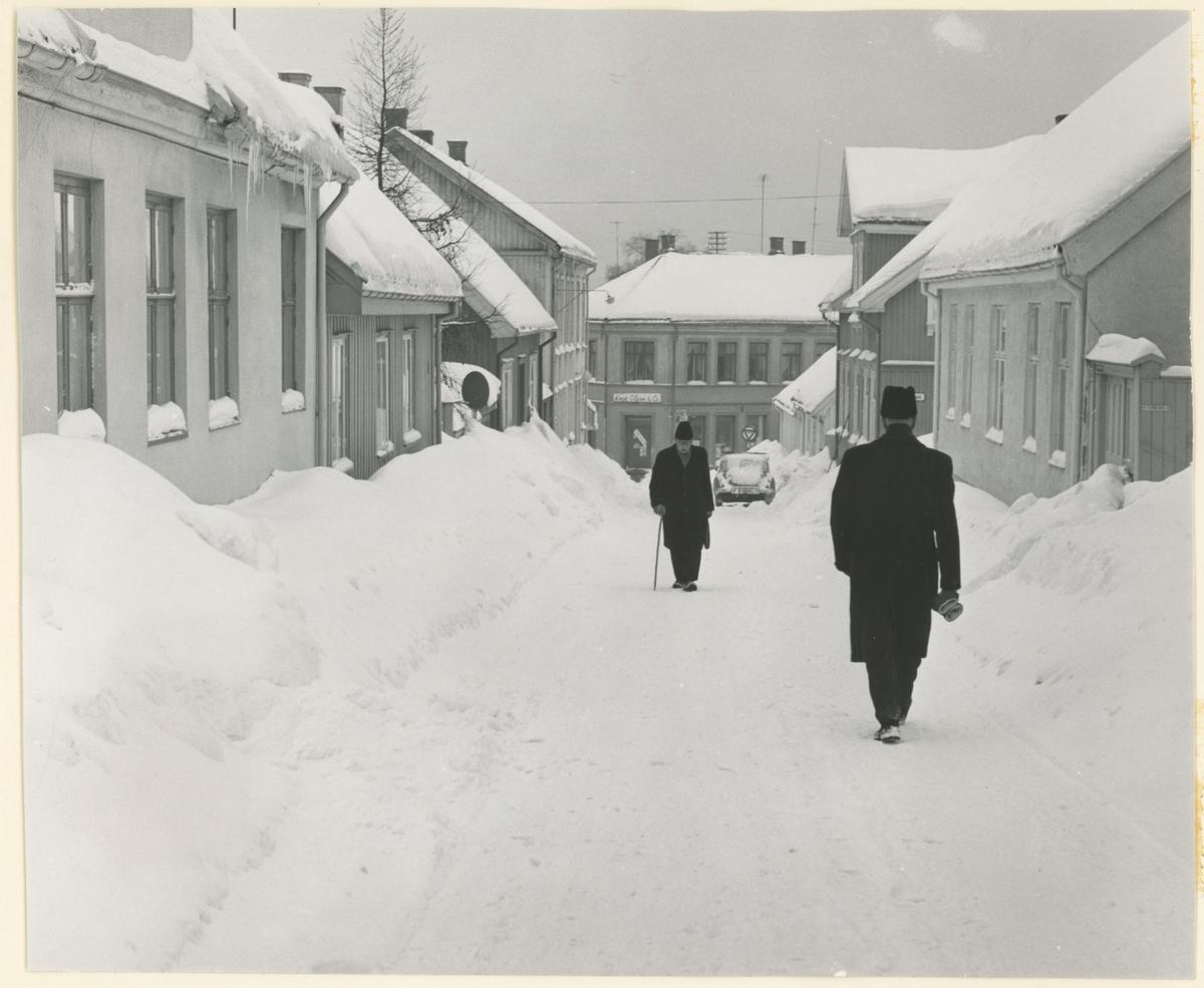 Fotograf har stått øverst i Værlegata. Detaljer: På venstre side nummer 8, 10, 12 og 14. På høyre side nummer 11, 15 og 17. I midten, Nyquists gate 21. Historikk: Alle bygninger på bildet står fortsatt i dag bortsett fra Nyquists gate 21.