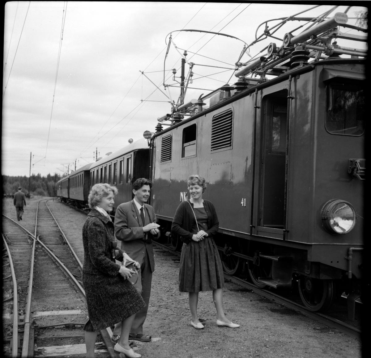 Nordmark - Klarälvens Järnväg, NKIJ ellok 41 på bangården i Nordmark. Bredvik loket ses besökare från Svenska Järnvägsklubben, SJKs höst resa på NKIJ.