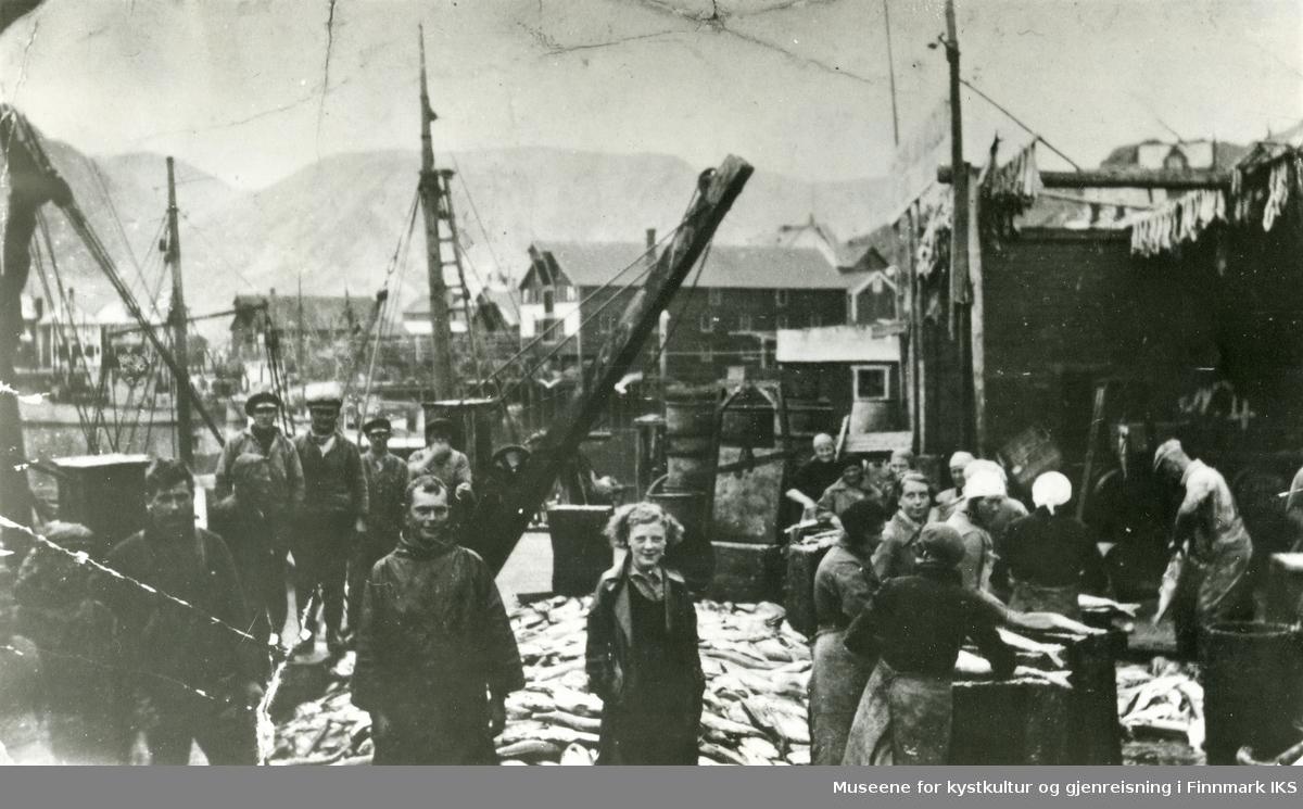 Honningsvåg. Seiskraping på kaia til Jacobsen-bruket. Ca. 1930.