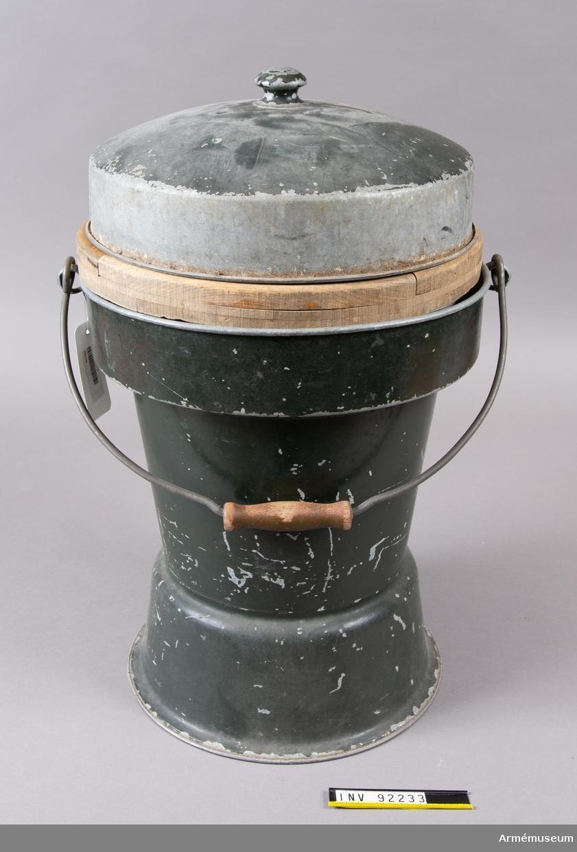 Bärbar toalett. 1900-talets andra hälft. Grönmålad plåt. Lös träsits. Lock med knopp. Bärhandtag med trägrepp.