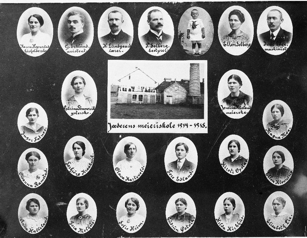 Elevar og lærarar ved Jæren Meieriskole i 1914/1915. NB! øverste rekkje nr. 5 f. v. Peter Solberg d.y. (1912 -)