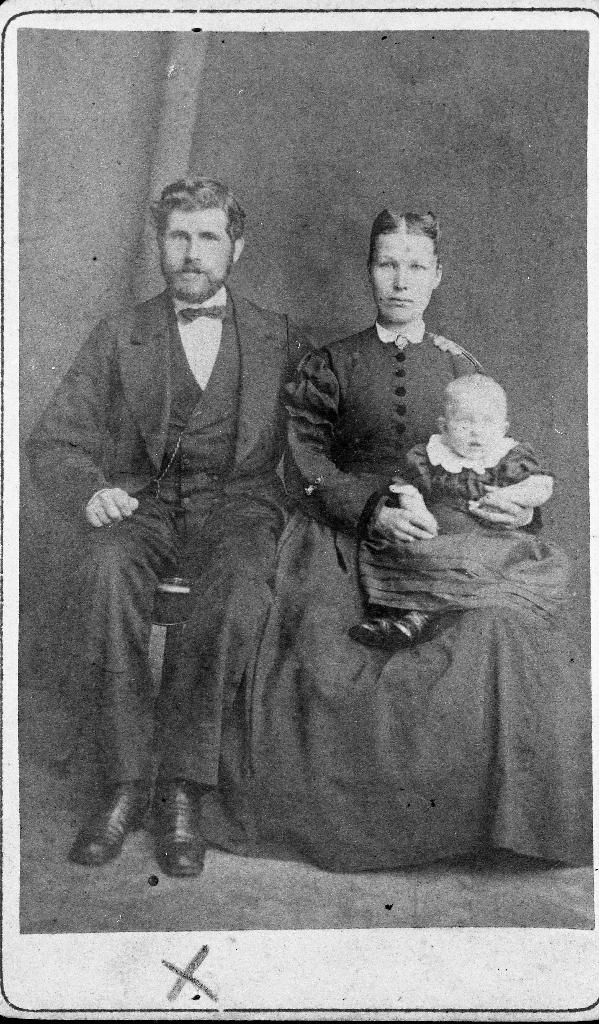 Tollef Knutsen (14.8. 1845 - 1907), døydde i Amerika. Han var skreddar og son til Knud Olsen Kverneland.  Han var først gift med Marie Torvaldsdtr. og andre gong med Lisa Tunheim. Vi veit ikkje kven av dei det er som er med på biletet og heller ikkje namnet på barnet.