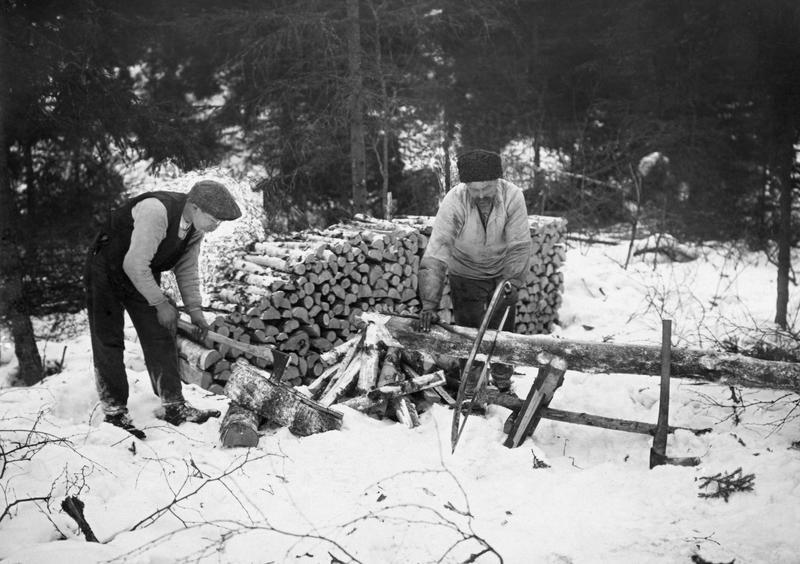 Vedproduksjon i Nordmarka en vinterdag i 1919. Foto: Skarpmoen /Norsk skogmuseum
