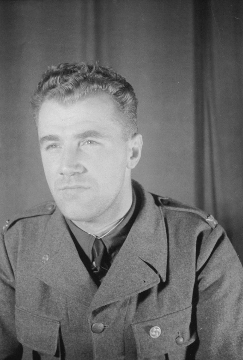 Porträttfoto av soldat Stig Oskar Folke Larsson (nummer 8818), mekaniker i Rovaniemi vid F 19, Svenska frivilligkåren i Finland under finska vinterkriget, 1940.
